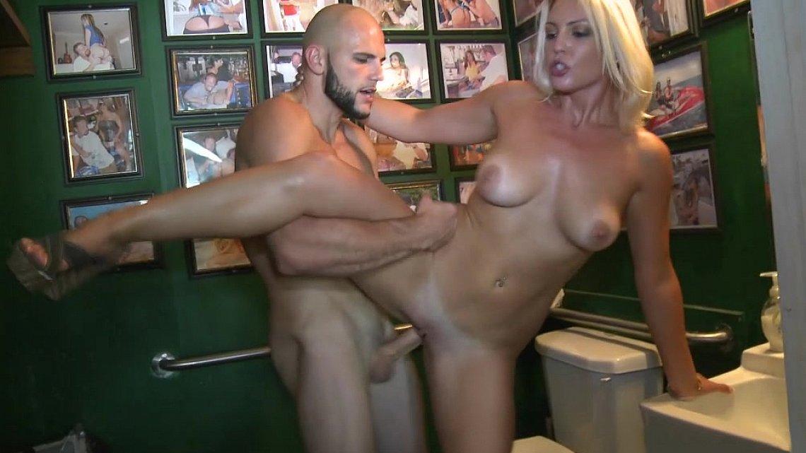 порно в туалете американское