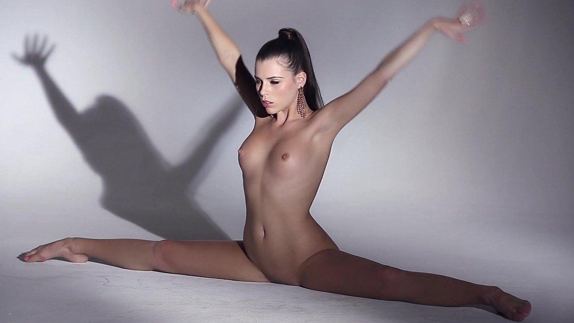 Танцующие голые красотки