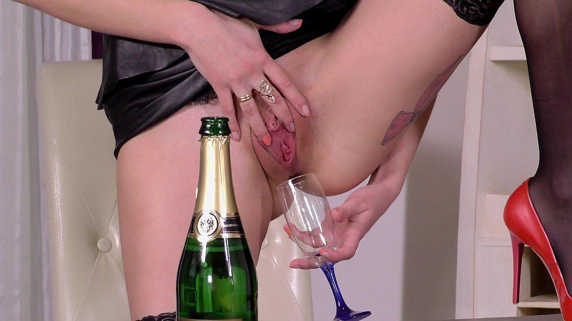 пьют из влагалещя женщины напиток видео секс